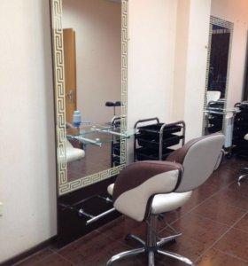 Парикмахерское кресло и зеркало