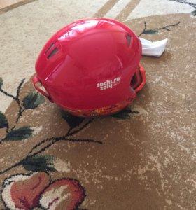 Горнолыжный шлем и очки.