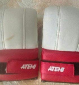 Перчатки и бинты
