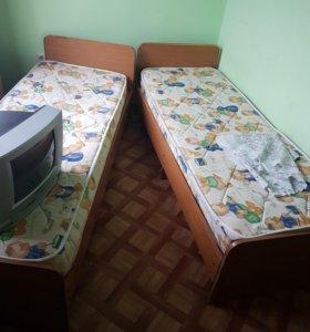 Продам кровати с матрасом.