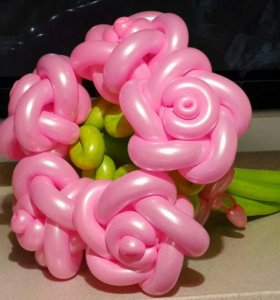 Букет с розами из воздушных шаров.
