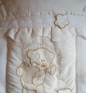 Комплект в кроватку: бортики, постельное, одеяло.