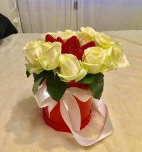 Букет из ягод и белой розы