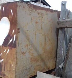 Гаражные ворота и бак под топливо
