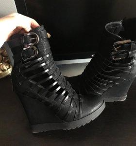 Обувь очень красивая!