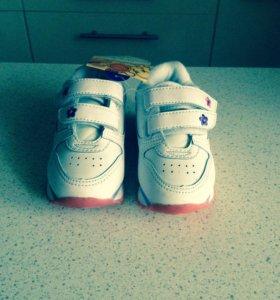 Новые кожаные детские кроссовки 18-19 размер