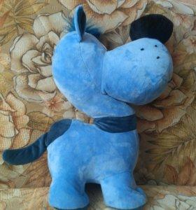 Мягкая синяя игрушка в виде собачки.