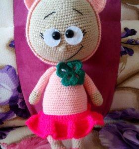 Вязаная игрушка Бонни в костюме свинки