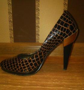 Практически новые кожаные туфли 35 размер