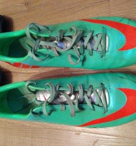 Футбольные бутсы Nike Mercurial и щитки Nike
