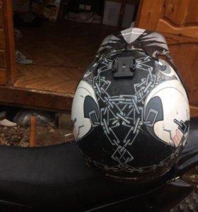 кроссовый шлем.