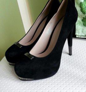 Шикарные фирменные замшевые туфли!!