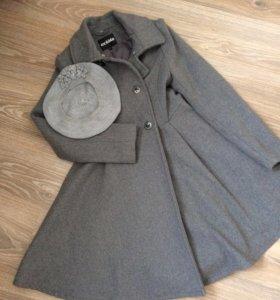 Пальто на девочку (берет в подарок)