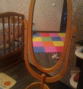 Зеркало в деревянной оправе