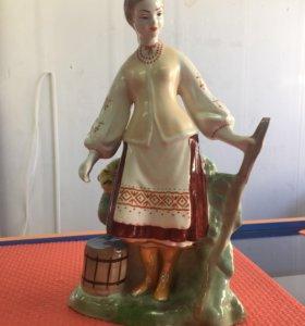 Девушка с ведром у плетня 27,5 см