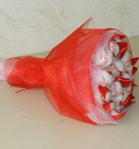 Подарок букет из конфет рафаэлло,из киндеров