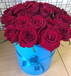 Розы в голубой коробочке