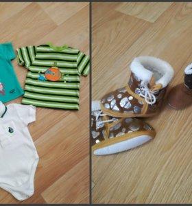 Футболки и обувь на малыша.