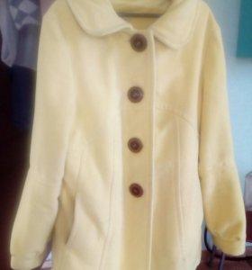 Драповое пальто насыщенного желтого цвета