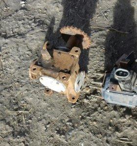 Понижающий редуктор и электро-двигатель.