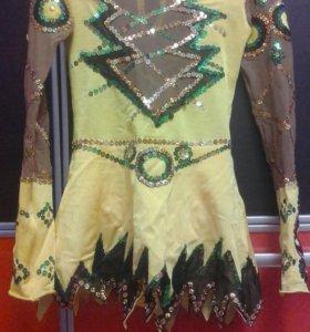 Гимнастический костюм,булавы.