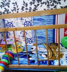 Детская кроватка с бортиками и матрасом.
