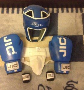 Боксёрские перчатки,шлем,бинты,бандаж.