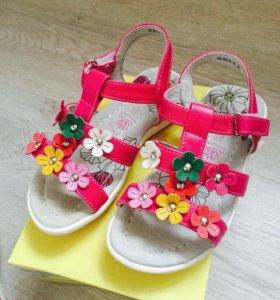 Туфли на девочку новые.