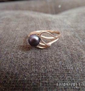 Продам золотое кольцо с чёрным жемчугом.