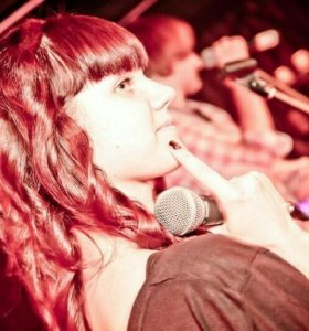 Певица,бек-вокалистка