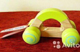 Деревянная игрушка на колесах