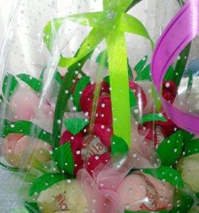Корзинка с цветами и конфетами Рафаэлло внутри