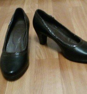 Туфли на маленьком каблуке.