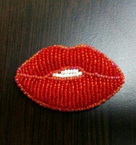 Брошка из бисера губы- поцелуй