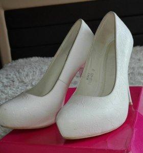 Белые классические туфельки
