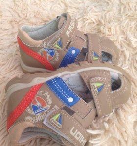 Новые сандали для мальчика