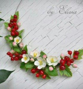 Колье с цветами яблони и ягодами красной смородины