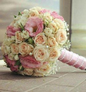 Букет невесты, бутоньерка жениха, лепестки