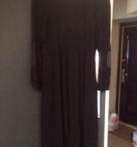 Платье чёрное.