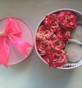 Подарочная коробочка с розами и макарон