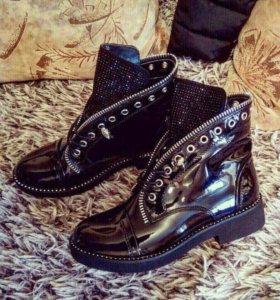 Лаковые демисезонные ботинки