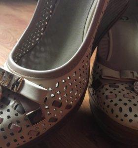 Новые летние туфли на танкетке бежевые
