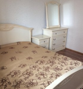 Кровать,тумбочка,комод с зеркалом