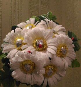 Букет цветов, ромашки с конфетами в цветах