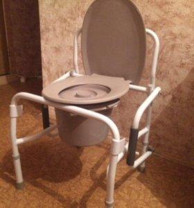 Кресло-туалет с откидными ручками.