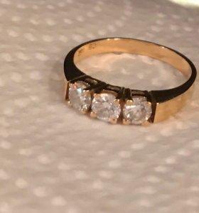 Кольцо с тремя бриллиантами.