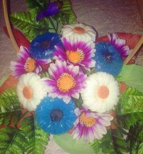 Корзина из мыла ручной работы и цветов