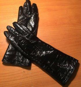 Лакированные перчатки