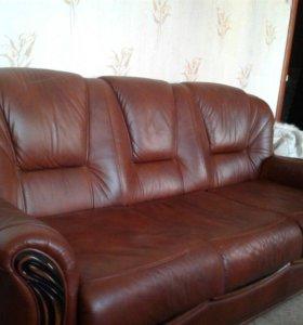 Кожаный диван-кровать и два кресла