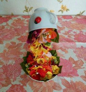 """""""Летящая чашка"""" из искуственных цветов."""